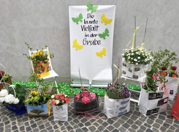 Zum Frühlingsfest grüßte die Grube ihre Besucher mit bunt bepflanzten Taschen